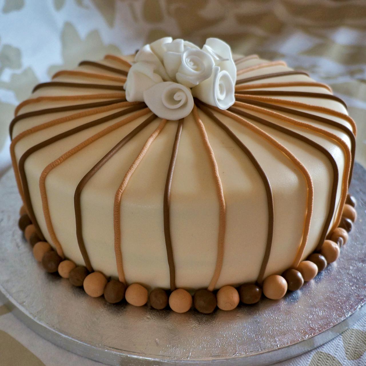 Torta di compleanno pap dolcerossana for Decorazioni per torta 60 anni
